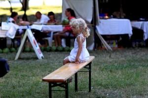 Los niños tímidos pueden preferir mantenerse en segundo plano en los actos sociales