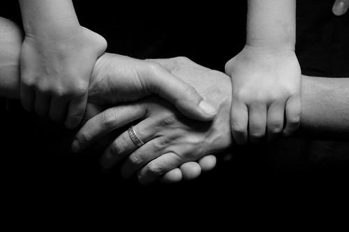 la solidaridad es el implicarse en las necesidades de los demás sin esperar nada a cambio