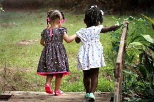 El estar en contacto con iguales favorece que los niños reduzcan su timidez
