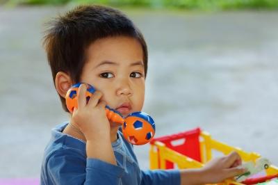 Niño con discapacidad auditiva