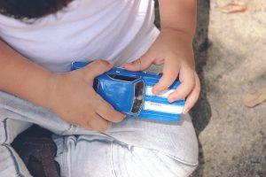 niño jugando con parte de un objeto