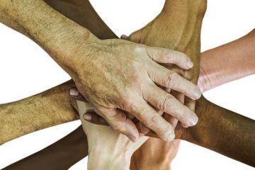 Manos de razas unidas