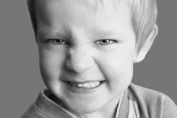 Niño con el ceño fruncido