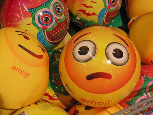 Pelota con emoji enfermo