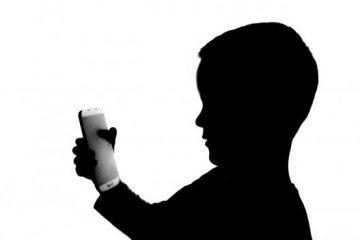 Silueta de niño y mópvil