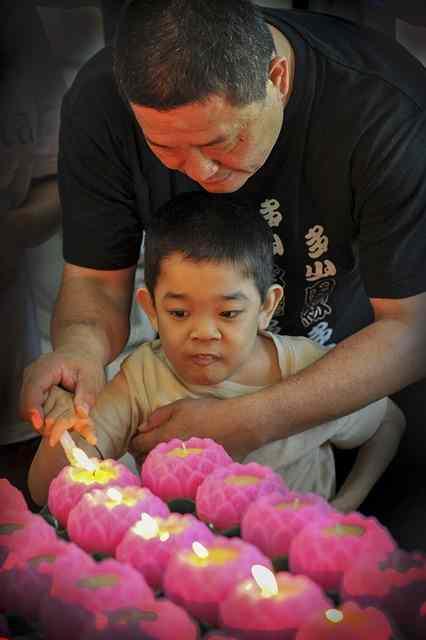 Niño con Dawn enciende velas