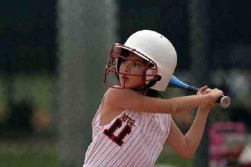 Niña jugando al softball