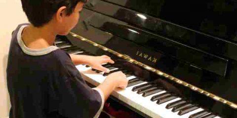 NIño y piano