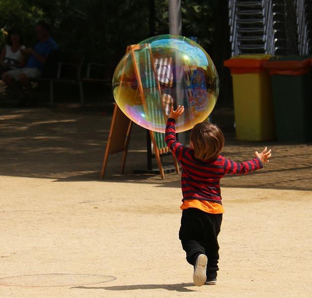 Niño jugando con burbuja
