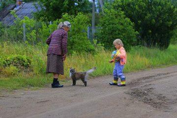 Niña con su abuela y un perro