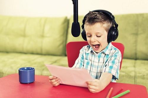 Niño hablando a un micrófono