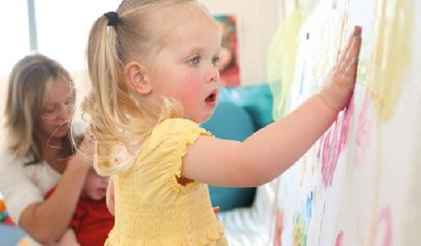 Pintura de manos de niños con TEA