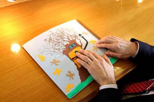 Persona ciega leyendo un dibujo