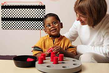 Niño con visión reducida jugando