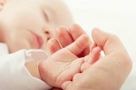 Reflejo palmar del bebé